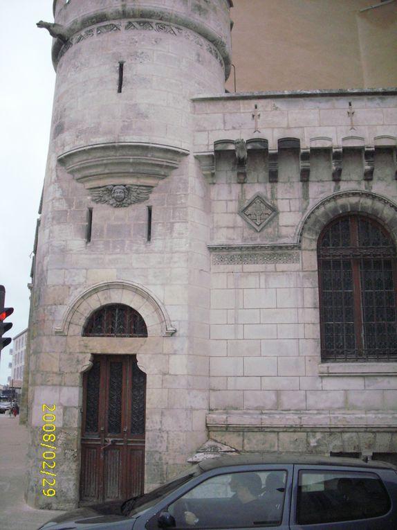 La Rochelle, une ville très touristique, une ville rebelle, une ville ... pleine de mystères. Prenez le temps de flâner dans ses rues, ses ruelles, son coeur historique,..