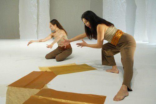 Décor pour un ballet moderne basé sur l'esprit et la musique du katakali. Nous n'avions que très peu d'argent et j'ai fait un décor avec des matériaux simples et bon marché un tulle un tapis de danse blanc et deux qualités de papier (offert pa