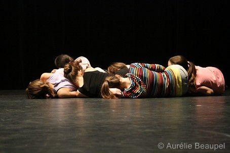 Nicolas Maloufi avec les groupes d'élèves des classes de danse du CRD du Choletais pour une création