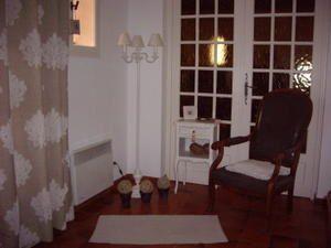 des petits meubles et des bibelots récupérés, repeints et répartis dans la maison. Stitching room installée dans la véranda, avec vue sur le jardin et la nouvelle piscine...