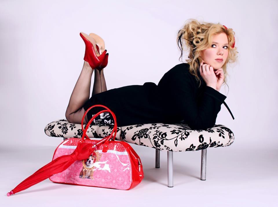 femme en bas nylon, corset et porte-jarretelles. Lescarpin porte les porte-jarretelles cervin