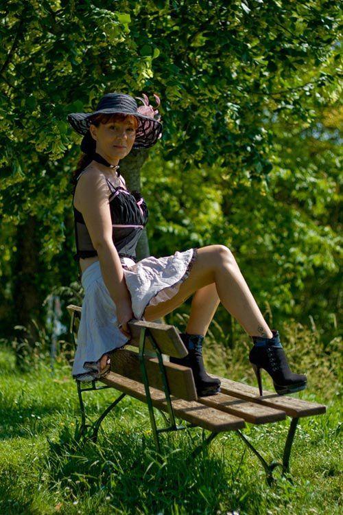 l'univers au féminin dévoile ses jambes dans des bas nylon Cervin, en escarpins et talons hauts