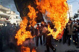 <p>Quelques photos de r&eacute&#x3B;actions dans le monde apr&egrave&#x3B;s la publication des caricatures de Mahomet : ambassades et &eacute&#x3B;glises incendi&eacute&#x3B;es, et plus d'une centaine de morts en quelques semaines.<br />Cliquer sur une photo pour l'agrandir et lire la l&eacute&#x3B;gende.</p>