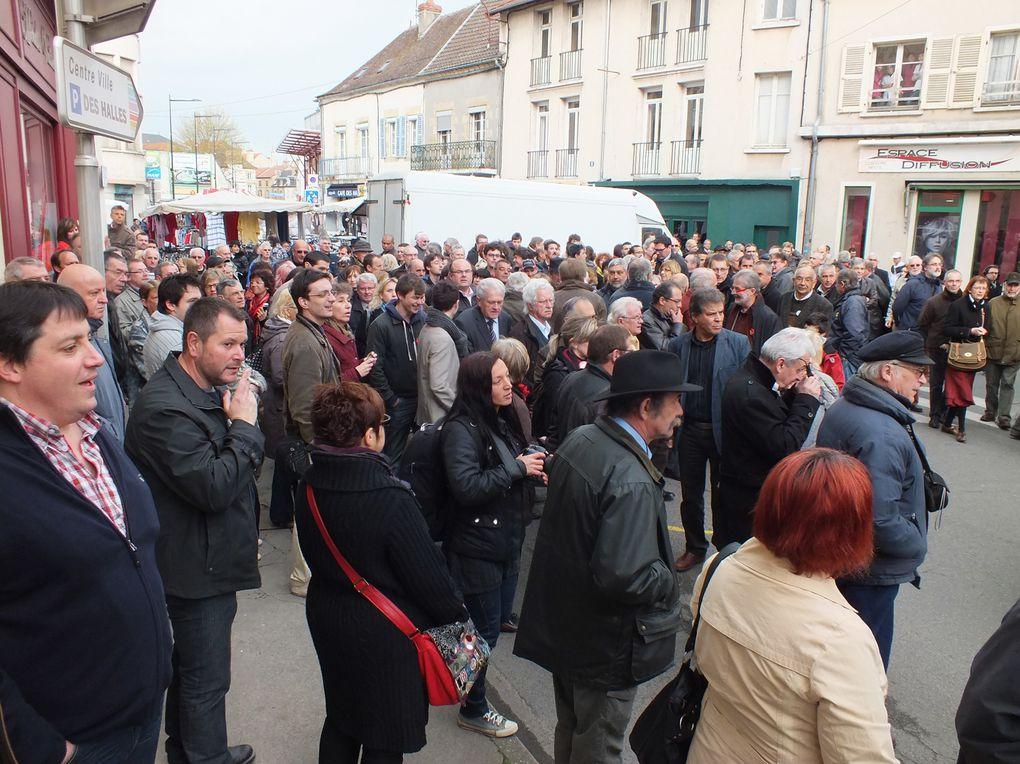 Photos de la visite de François HOLLANDE sur le marché de MOULINS (03) vendredi 13 avril 2012.