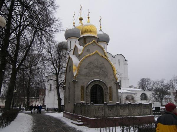 """Couvent de religieuses fond&eacute&#x3B; en 1524 pour celebrer la reconquete de Smolensk sur les polonais.<br /><br /><a href=""""http://www.russie.net/russie/mos-novodievitchi.htm"""" target=""""_blank"""">http://www.russie.net/russie/mos-novodievitchi.htm</a><br /><br /><br />."""