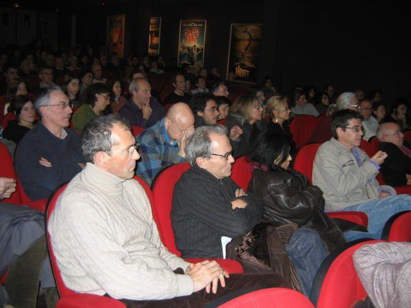 """<font size=""""3"""">A l'initiative des Verts de Bagnolet, lundi 18 d&eacute&#x3B;cembre 2006 au soir, il y avait foule au Cin&rsquo&#x3B;Hoche pour la projection du film sur Al Gore &laquo&#x3B;&nbsp&#x3B;Une v&eacute&#x3B;rit&eacute&#x3B; qui d&eacute&#x3B;range&nbsp&#x3B;&raquo&#x3B;, suivi d&rsquo&#x3B;un d&eacute&#x3B;bat avec Dominique VOYNET, ancienne ministre Verte et n&eacute&#x3B;gociatrice pour la France des accords de Kyoto pour la r&eacute&#x3B;duction de l&rsquo&#x3B;&eacute&#x3B;mission des gaz &agrave&#x3B; effet de serre.</font>"""
