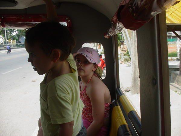 Quelques photos typiques de la thailande...je suis au bout de nulle part et la lisiaon internet...fonctionne, par intermittence, je vous envoie donc peu de photos, mais &agrave&#x3B;  mon retour, vous pourrez vous r&eacute&#x3B;galer...et encore, je n ai pas fait le plus beau...4 jours sur un voilier dans la baie de Phang_Nga  ou s est tourn&eacute&#x3B;...James Bond  ( L'Homme aux pistolets d'Or &quot&#x3B;   ????