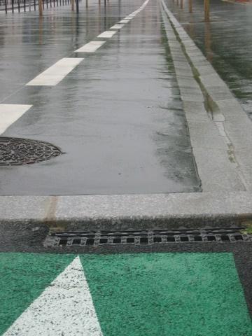 <p>Am&eacute&#x3B;nagement boulevard D'alembert &#x3B;&nbsp&#x3B; </p><p>le trottoir n'est pas abaiss&eacute&#x3B; au minimum pour la bande cyclable et en plus</p><p>une bouche d'&eacute&#x3B;gout s'ouvre sur la bande cyclable&nbsp&#x3B; </p><p>&nbsp&#x3B;</p><p>&nbsp&#x3B;</p>