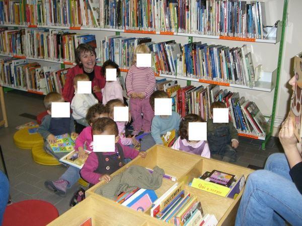 Bien souvent nous nous rejoignons &agrave&#x3B; la biblioth&egrave&#x3B;que pour &eacute&#x3B;couter des histoires et manipuler les livres !!!