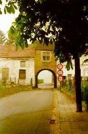 La porte charreti&egrave&#x3B;re du Ch&acirc&#x3B;teau de Trazegnies - Plusieurs vues de cette porte se trouvent dans cet album.