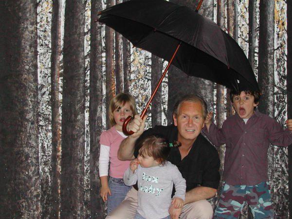 marc et ses enfants devant un tableau