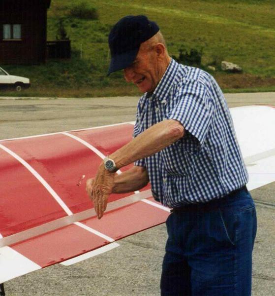 """<p>Henri GIRAUD pilote des glacier.<br />Le seul pilote &agrave&#x3B; s'&ecirc&#x3B;tre pos&eacute&#x3B; en avion au sommet du Mont Blanc.<br />Le 23 juin 1960 en Piper Cub<br />Un exploit unique que personne ne saurait refaire.</p><p>&nbsp&#x3B;&nbsp&#x3B;&agrave&#x3B; voir ici&nbsp&#x3B; &nbsp&#x3B;<a href=""""http://www.flight-system.com/henri-giraud/HGiraud01.htm"""">Henri GIRAUD</a></p>"""