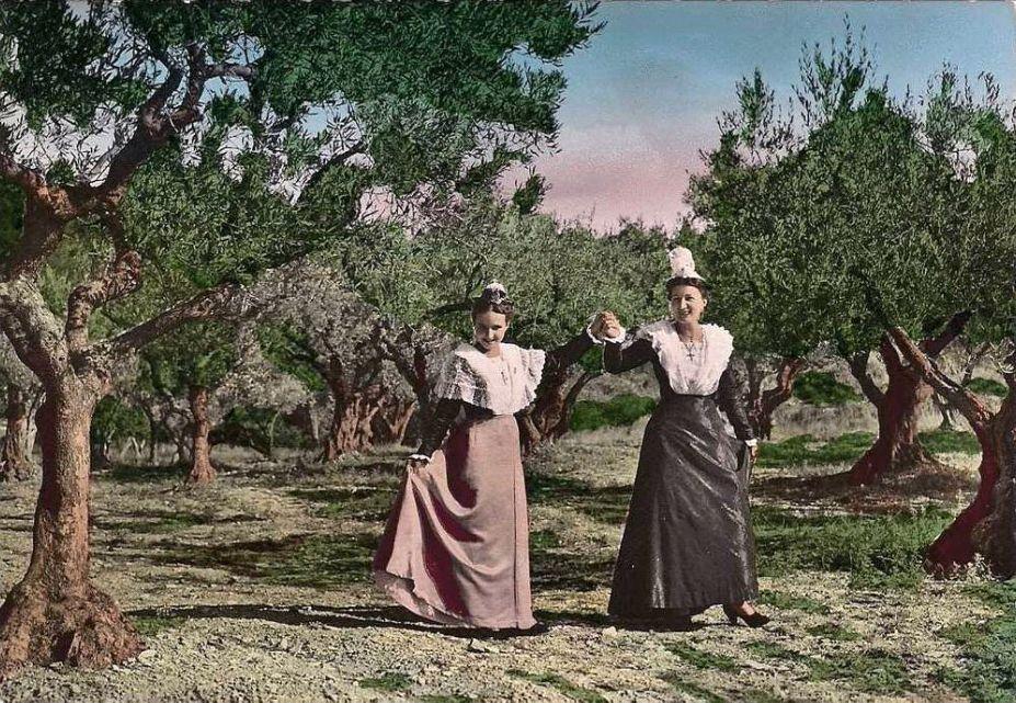 Des cartes postales et des gravures de costumes provençaux traditionnels. A regarder sans se lasser...