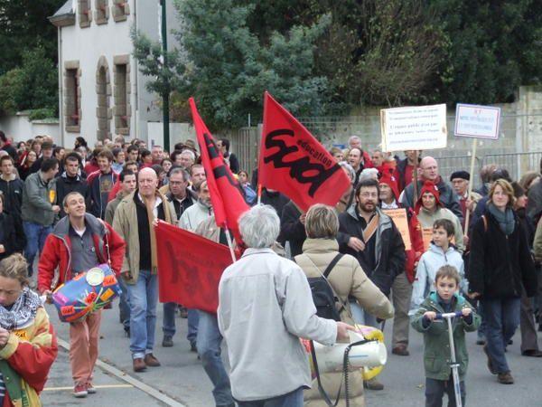 De 700 &agrave&#x3B; 1000 ont d&eacute&#x3B;fil&eacute&#x3B; dans les rues de Plo&euml&#x3B;rmel, pour protester contre l'installation future du monument.