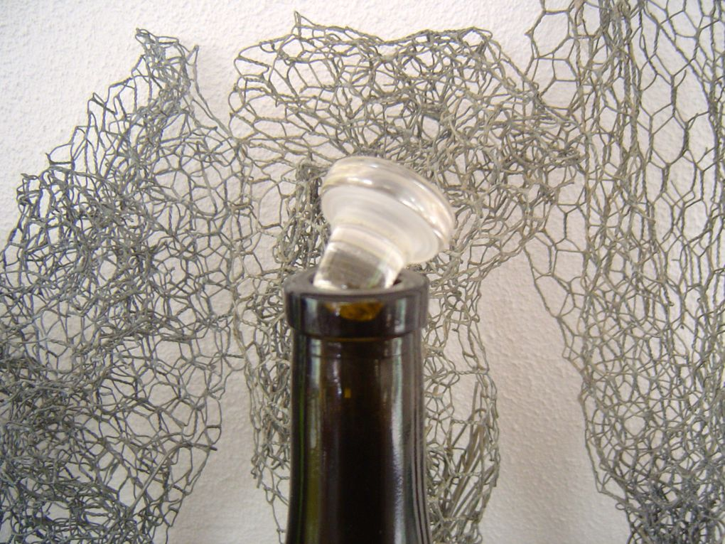 Mise en lumière de la beauté du verre de la bouteille et du verre à boire