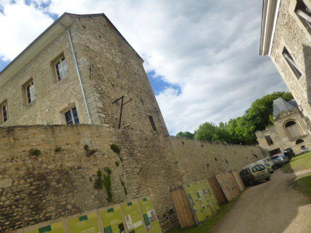 Un très beau château, riche d'une longue histoire, appartenant à l'Etat, et dont la Tour de  la Sirène vient de soir doter d'une toute neuve pièce maîtresse de sa charpente, dans le cadre de la Semaine européenne de la Charpente