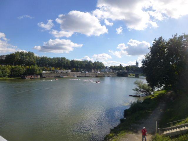 Une formidable traversée urbaine à travers le temps, la terre et l'eau, avec des gens chaleureux, pour célébrer la marche à pied