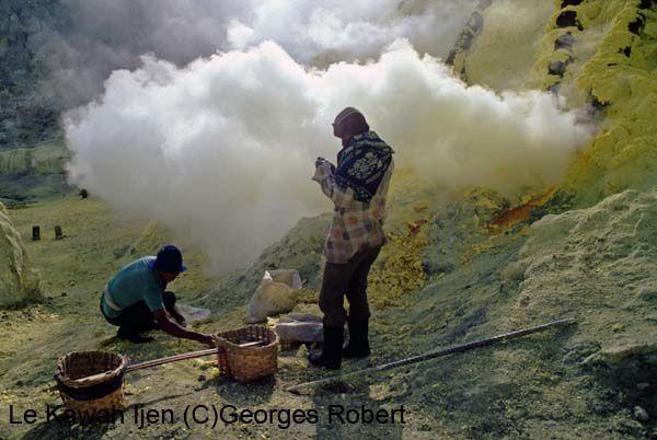 Le Kawah Ijen à Java... les gaz piquent les yeux, la gorge râcle, la baignade dans l'acide est déconseillée... mais la balade débouche les narines...!