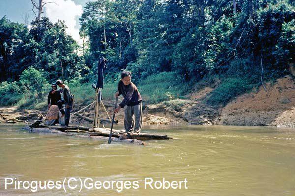 La pirogue est très souvent le meilleur moyen de s'enfoncer au coeur de Bornéo. L'aventure est toujours au rendez vous, même si l'on constate toujours plus les effets de la déforestation... Ces photos proviennent de mes différentes expéditions.