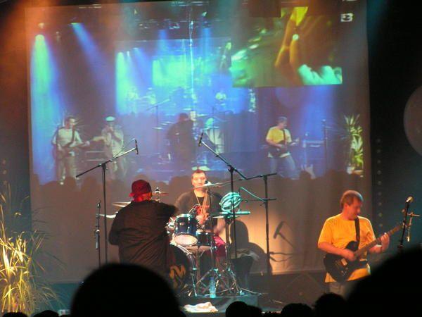 Concert des MoufMouf au Normandie de St LO,Gullivan &eacute&#x3B;tait en premi&eacute&#x3B;re partie et en final avec les deux derni&eacute&#x3B;res chansons&#x3B;il est producteur d'une des chanson de l'album&quot&#x3B;Peur de rien&quot&#x3B;:Les Ecrehou,et participe &agrave&#x3B;&nbsp&#x3B; deux chansons sur l'album des MoufMouf.