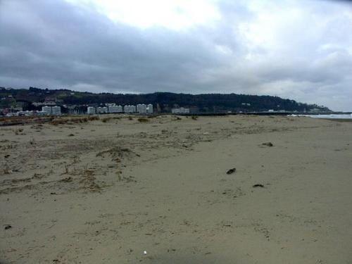 Ce qu'il reste des dunes a hendaye après trois ans de tempêtes dont klaus ainsi que des meules de foins