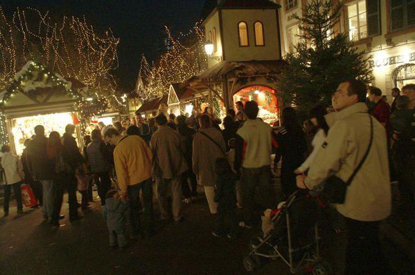 Les Marchés de Noël de Colmar photographiés en décembre 2006.<br />Colmar a fait le choix de répartir 5 marchés de Noël dans la vieille ville, chacun ayant une thématique différente.
