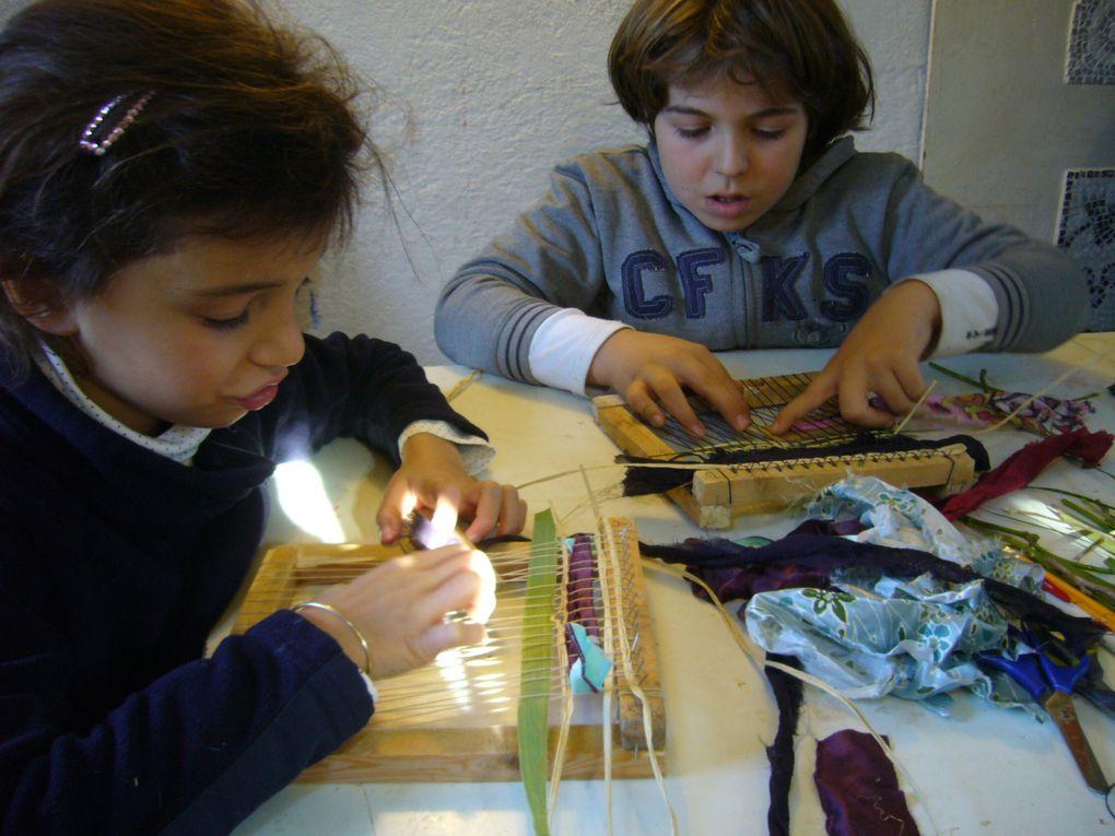 """ateliers du mercredi : tout au long de cette année nous créons notre """"cahier d'explorateur"""" à la découverte des couleurs et des matières ..."""