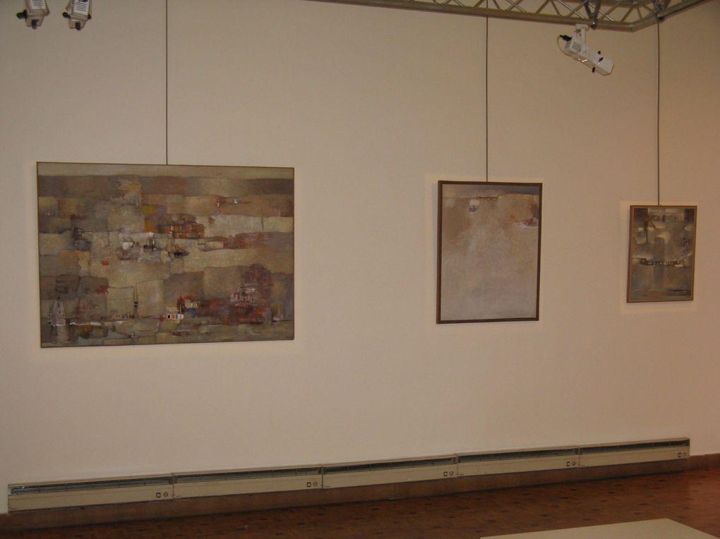 Accrochage de toiles de Guermaz au Centre Culturel Algérien le 5 mai 2009