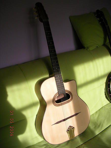 Quelques photos de ma 6ème guitare, commande spéciale de Jean, qui a voulu un modèle en noyer, comme ma première, moyenne bouche en D, manche plutôt fin. Et ça sonne déjà très bien. Le noyer apporte énormément de chaleur au son, et la puis