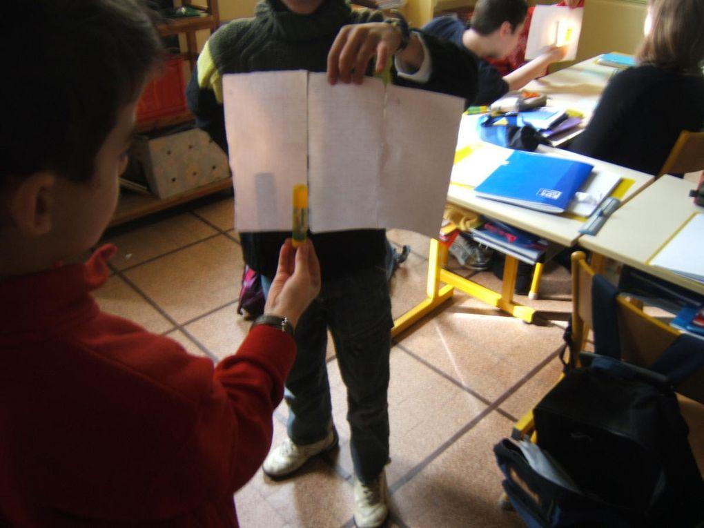 Photographies prises en classe des expériences des élèves. Vous aurez également un petit aperçu de la démarche suivi à trvers quelques notes écrites par les élèves, issues de leurs cahiers de sciences.