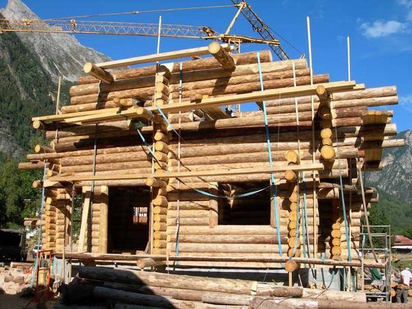 La construction sur place de deux chalets en rondins d'épicéa diamètre moyen 30cm, à Pralognan la Vanoise en Savoie (73) avec l'équipe d'Hellmuth B. - aout / décembre 2005