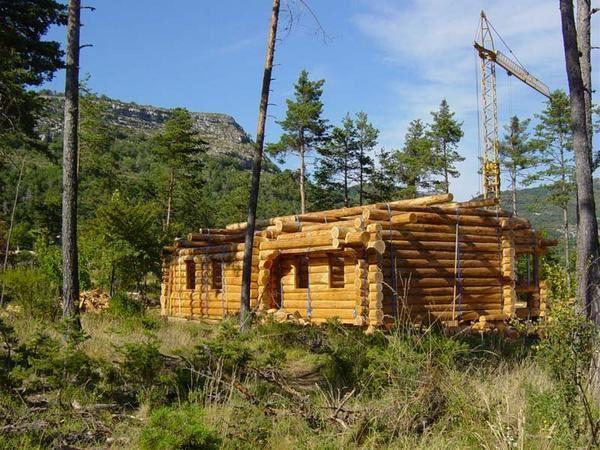 Réalisée au printemps 2007 dans les Alpes Maritimes (05) en compagnie de Pascal B.(100 m2 en douglas diamètre moyen 32cm avec des pignons rondins, une terrasse, un poteau de samson , le tout pour être posé sur un rez de chaussée e