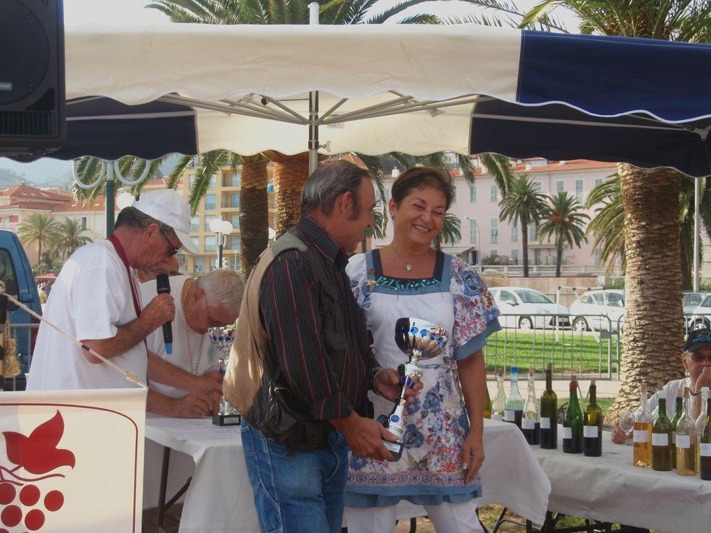 Les participants à la fête, au jumelage et au concours des vins.