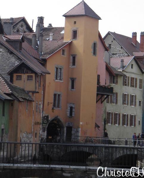 """Le<a href=""""http://fr.wikipedia.org/wiki/Thiou""""> canal du thiou</a> ( d&eacute&#x3B;versoir naturel du lac ) qui serpente la <a href=""""http://www.listic.univ-savoie.fr/francais/INFO_ANNECY/VisiteAnnecy/frtour.html"""">vieille ville</a>&nbsp&#x3B;et qui lui a valu son nom de Venise Savoyarde ou Petite Venise, a toujours constitu&eacute&#x3B; l'un des &eacute&#x3B;l&eacute&#x3B;ments les plus attrayants de la ville d'<a href=""""http://fr.wikipedia.org/wiki/Annecy"""">Annecy</a>.Les quais qui longent ce cours d'eau demeurent un lieu"""