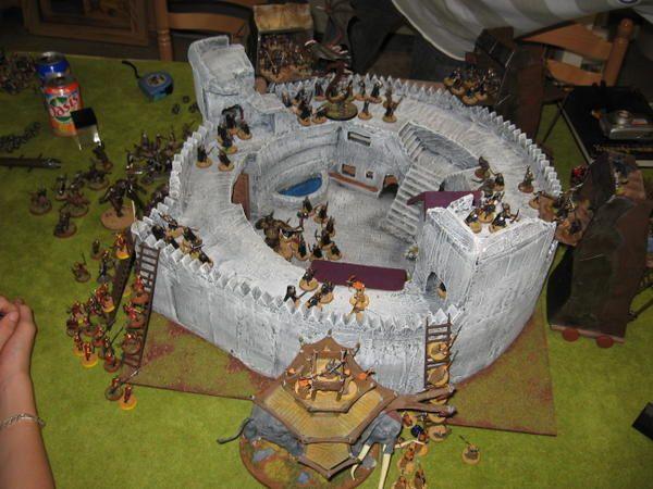 <p>Inauguration de ma forteresse, r&eacute&#x3B;sum&eacute&#x3B; en image du d&eacute&#x3B;roulement&nbsp&#x3B;du siege&nbsp&#x3B; : 1500pts de numenorrens d&eacute&#x3B;fendait leur forteresse pris d'assault par 3200pts da Mordor-Haradrim et Orientaux !!!!!!!!&nbsp&#x3B;&nbsp&#x3B;Une partie magnifique qui s'est d&eacute&#x3B;roul&eacute&#x3B; dans une bonne ambiance bien fun comme toujours ^^. </p><p>Grand merci aux participants 666, Chien Sauvage, Martin et mes fr&egrave&#x3B;res !!!!</p>