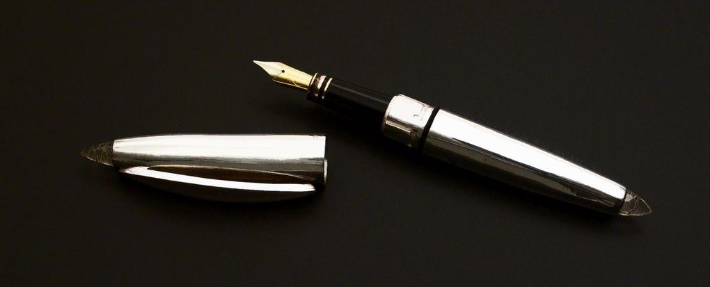 Stylos plumes dont le corps et le capuchon sont entierement faits main en pieces uniques.La plume est en or