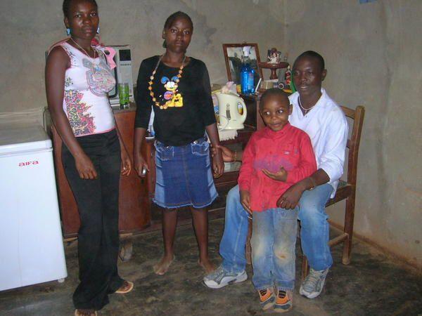 Notre famille à Ekom à l'entrée de Djoum