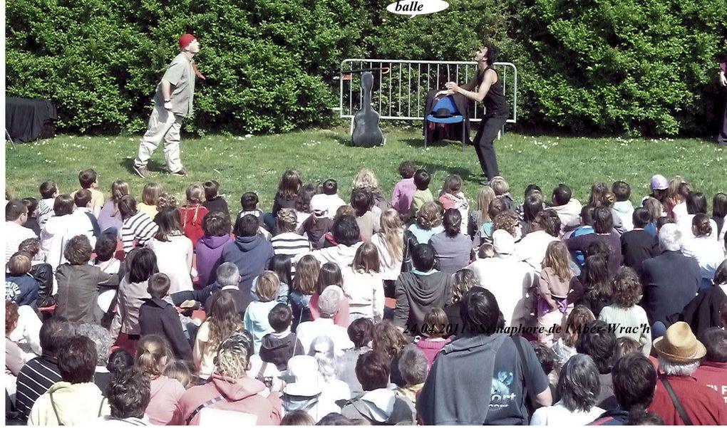 les jardins du sémaphore de l'Aber-Wrac'h sont transformés, l'espace d'une journée, en un immense terrain de jeux où se mêlent jongleur et musiciens, le tout sous un soleil magnifique.