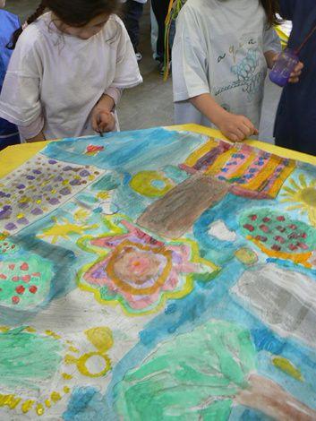 Réalisation d'une fresque dans la cour avec des enfants de CE1 CE2 et CM1 (école Anatole France à Villeurbanne). Les enfants ont d'abord travaillé sur carnets de croquis puis ont dessiné à la mine graphite sur de grandes feuilles de kraft blanc