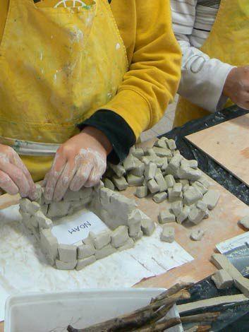 Fabrication de huttes et de baobabs avec de l'argile, des bâtons, des racines, etc...