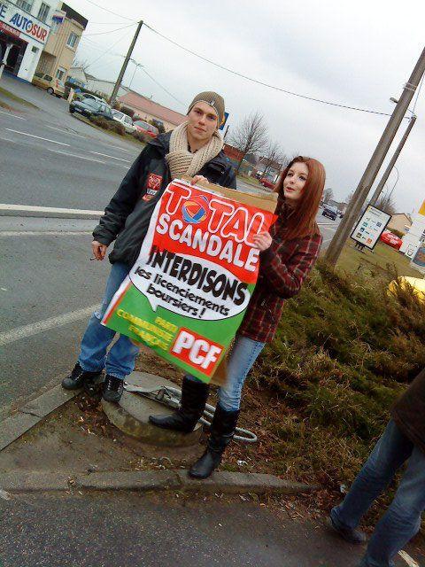 Action total de la jeunesse communiste du Pévèle Mélantois !Contre la décision honteuse de fermer la raffinerie des flandres, en solidarité avec les travailleurs !SOYONS DIGNES FIER ET REVOLUTIONNAIRES !