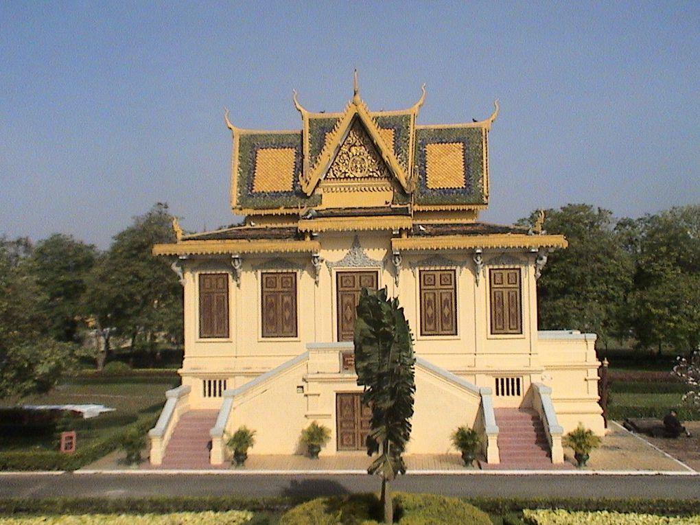Curiosités de Phnom Penh et les insolites de la RN 6.