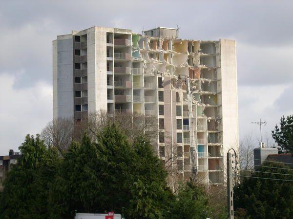 Déconstruction et démolition de la tour de Krermoysan. 2005-2006, le chantier a duré plusieurs mois. Mais l'abattage de la tour n'a duré que 12 jours ouvrables.