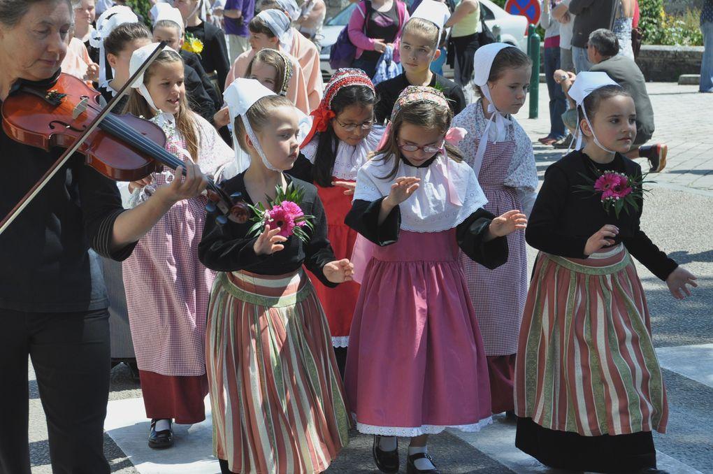 Fête des enfants organisée par la confédération War'l leur à La Forêt-Fouesnant.