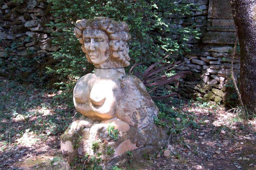 En Périgord Noir entre Carlux et Sarlat. Sur 2 ha plusieurs jardins différents sur des terrasses. Un vrai paradis au milieu des fleurs et d'une nature luxuriante. Visite en mai 2011.