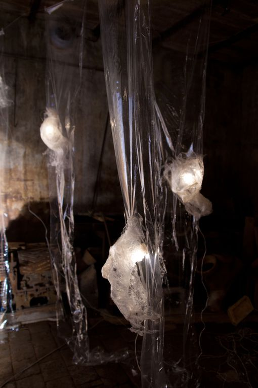 Installation.Masques, film alimentaire.....