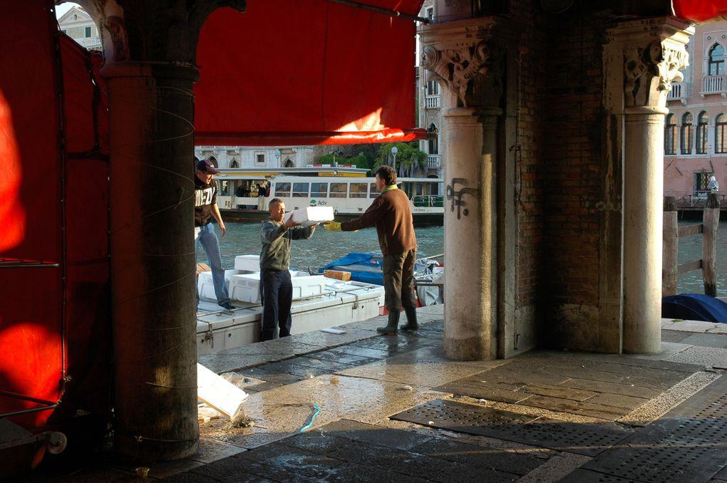 Fourmillement d'activites quotidiennes au coeur de Venise...