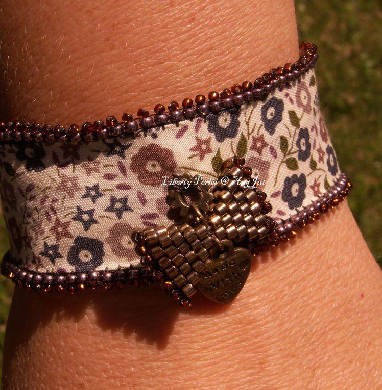 Création unique.Bracelet réalisé avec du Liberty of London et un petit noeud tissé de perles.DISPONIBLE