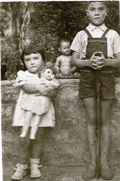 Maryvonne les années 1950 avec ses poupées Nano, Raynal, Bella