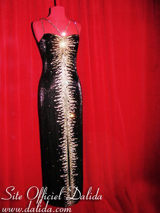 Description et photos des 9 tenues de scène de Dalida présentées à l'exposition.